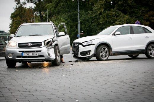 В Вильнюсе у Кафедрального собора столкнулись два внедорожника