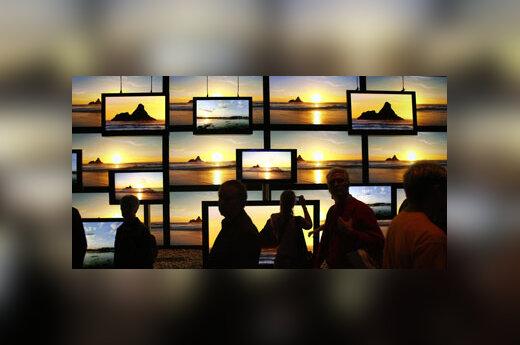 Mugės lankytojai gėrisi plačiaekranių televizorių rodomais vaizdais.