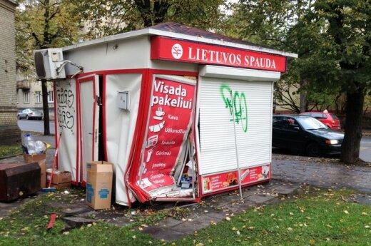 """""""Mercedes"""" uderzył w kiosk. Kioskarka została uwięziona"""