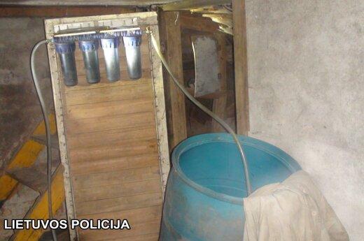 Kriminalistai alkoholinių gėrimų fabrikėlį rado sodo namelyje