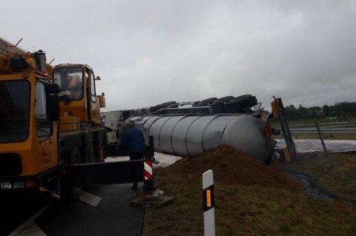 В Мажейкяйском районе перевернулся грузовик, из цистерны вылилась горючая смесь