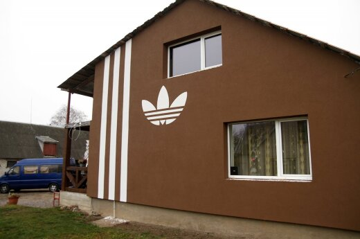 """Namas su """"Adidas"""" piešiniu"""