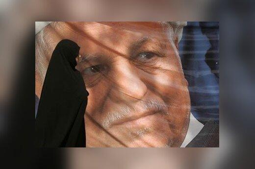 Iranietė moteris eina pro kandidato į prezidentus Akbar Hashemi Rafsanjani reklaminį plakatą Teherane.