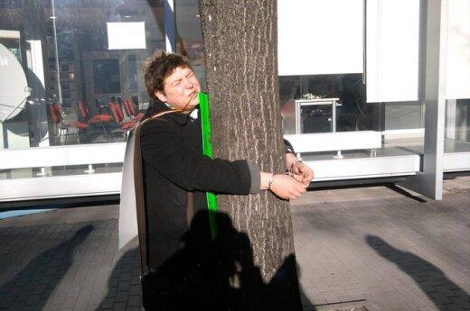 Kaunietis Šarūnas Šimaitis antrankiais prisirakino prie medžio