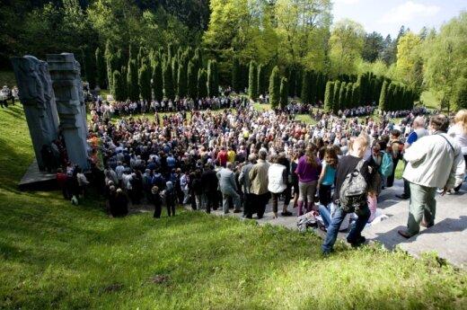 Lietuvos rusakalbiai Antakalnio kapinėse šventė Gegužės 9-ąją