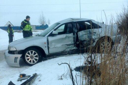 Padangoms pataupęs vairuotojas po avarijos kelis kartus prarado sąmonę