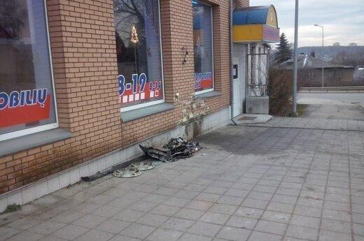 Nuomotu automobiliu girtas vyrukas trenkėsi į parduotuvės sieną