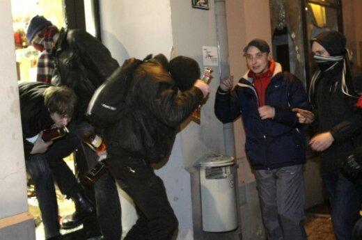Участники погромов в Риге сдаются полиции