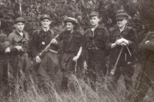 Vyčio apygardos partizanai civiliais drabužiais. (Už laisvę ir tėvynę. Vilnius: LGGRTC, 2007)