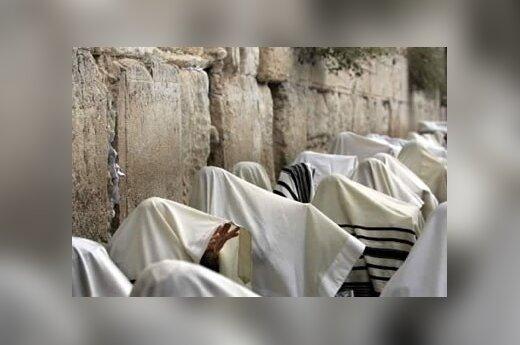 Žydų vyrai, galvas apsidengę specialiu maldos šaliu, tradicinėje kunigo palaiminimo ceremoninjoje Jeruzalėje.