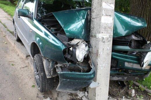 VW Golf врезался в столб – ранена женщина