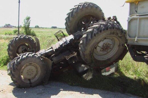 """В Клайпедском районе VW Golf перевернул трактор """"Беларус"""""""