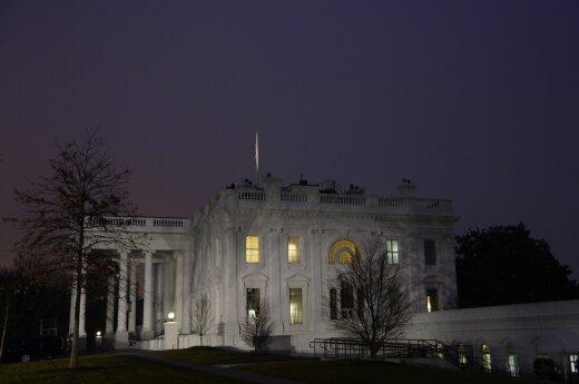 Dėl situacijos Baltuosiuose rūmuose smunka pasaulinės akcijų rinkos