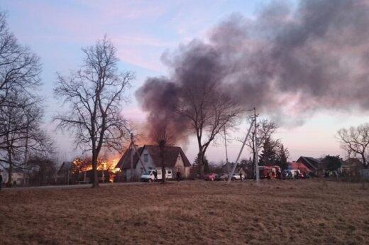 Pasidalino nuotraukomis iš milžiniško gaisro Žiežmariuose