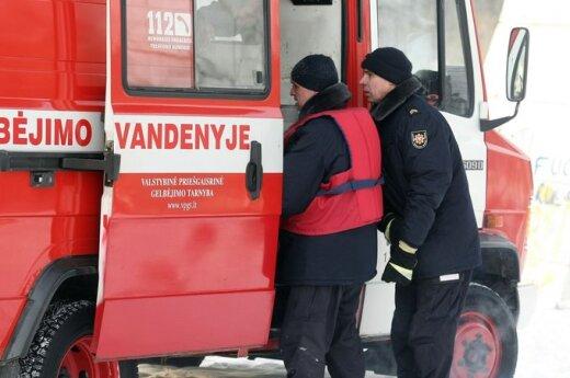 В Каунасе с моста спрыгнул юноша, пожарные успели его спасти
