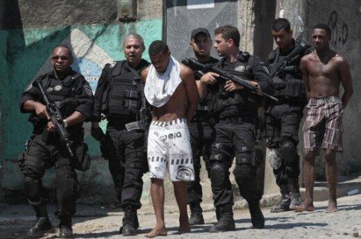 Rio de Žaneiro policininkai veda Favela da Grota lūšnyne sulaikytus asmenis