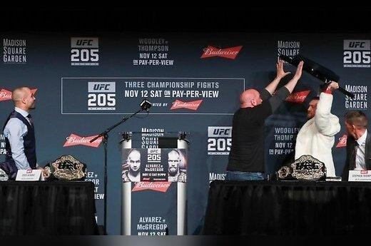 Чемпион UFC Макгрегор устроил из пресс-конференции целое шоу