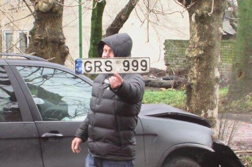 В Клайпеде в дерево врезался BMW