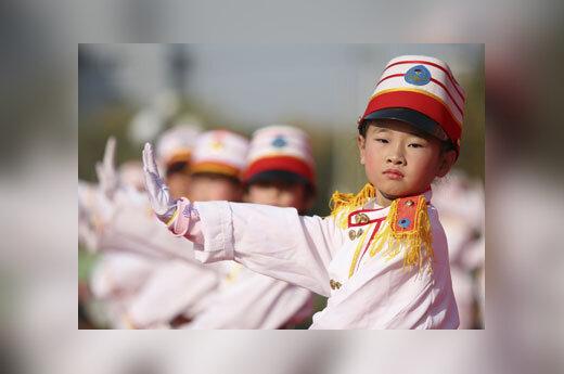 Mergaitė dalyvauja eismo reguliavimo varžybose (Kinija).