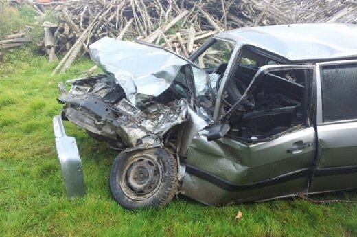 На дороге Расейняй-Юрбаркас Audi пьяного водителя врезался в грузовик