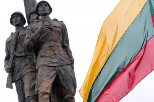 Решение: советские скульптуры на Зеленом мосту в Вильнюсе остаются