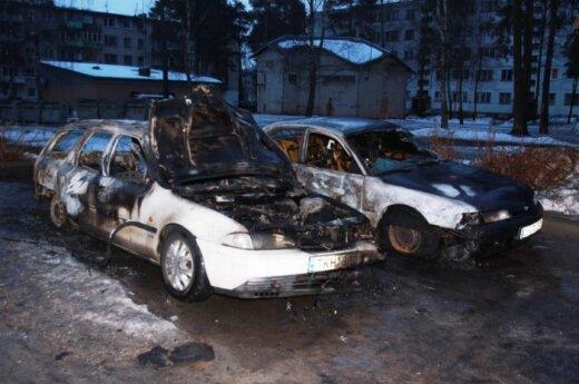 Двое безработных ночью в Рукле подожгли семь автомобилей