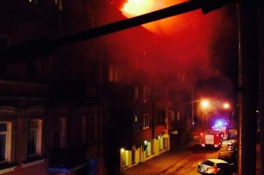 Vilniuje daugiabutyje kilo didžiulis gaisras, evakuoti žmonės