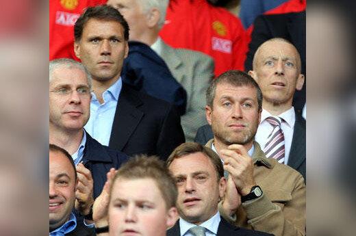 Marco Van Bastenas (k) stebi futbolo runtgynes su Romanu Abramovičiumi