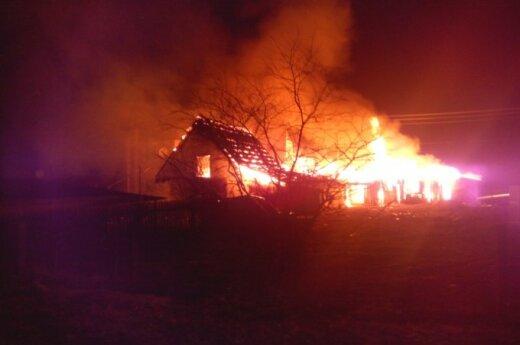 Naktį Senuosiuose Trakuose didžiulis gaisras pasiglemžė namą ir tris ūkinius pastatus