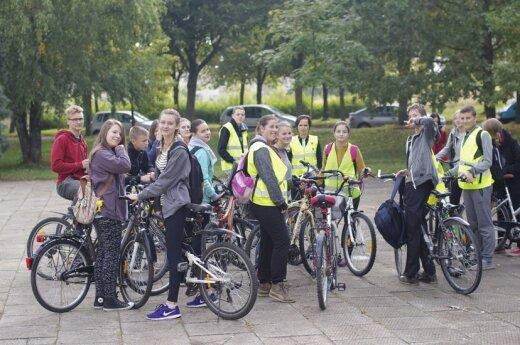 """Šiaulių """"Saulėtekio"""" gimnazijos mokiniai su tėvais leidosi į dviračių žygį"""
