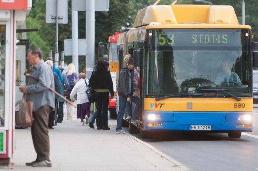 """Pasipiktinęs keleivis: žmonės autobuse priversti """"lipti"""" vieni kitiems ant galvų"""