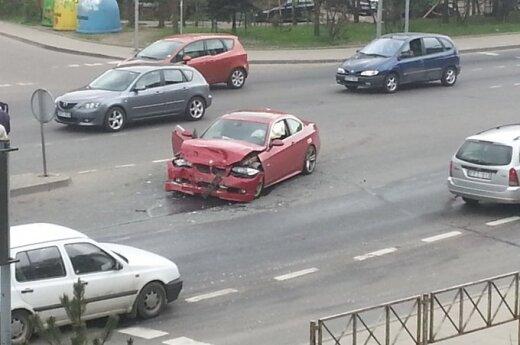 "Vilniuje avaringoje sankryžoje dužo rausvas BMW ir ""Mercedes-Benz"""