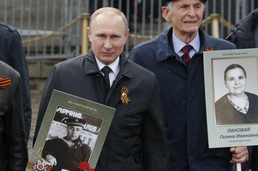 """Путин вышел на акцию """"Бессмертный полк"""" с портретом отца"""
