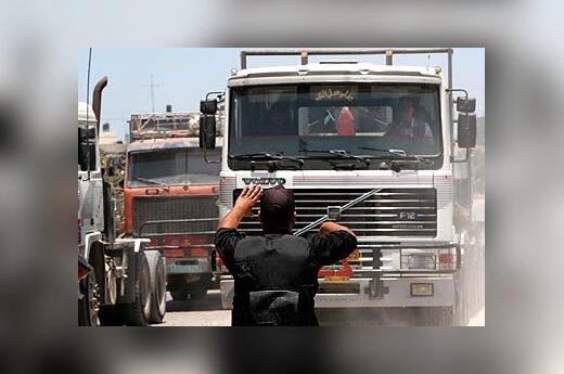 Sunkvežimiai pro kontrolės punktą važiuoja į Gazos ruožą