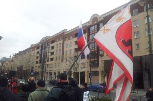Radikalai prie Seimo mojavo Rusijos vėliava