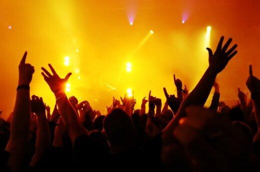 Koncertu mėgautis sutrukdė vietoje nenusėdėjusi mergina