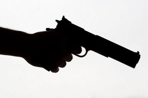 В Алитусском районе нетрезвый мужчина стрелял в собутыльников