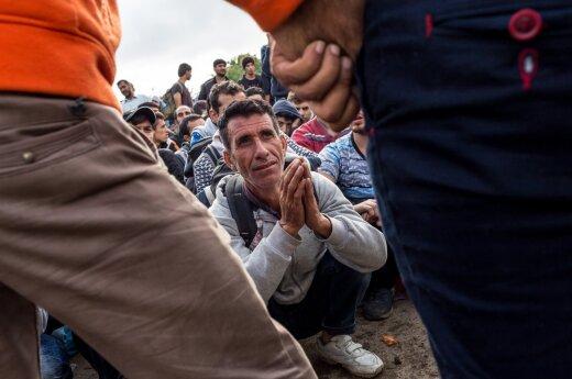 """<span style=""""color: #ff0000;""""><strong>Беженцы.</strong></span> Критическое положение выдают глаза волонтера"""