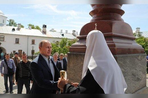 Журналисты узнали имя женщины, которая была в монастыре вместе с Путиным
