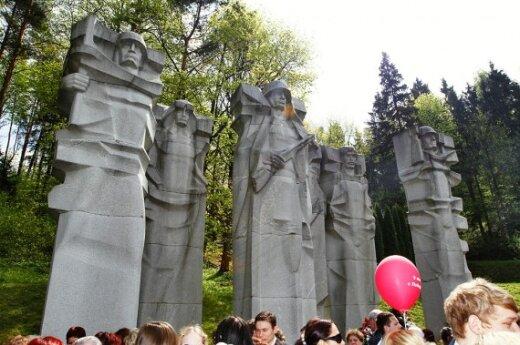 На Антакальнисском кладбище - церемония возложения венков и цветов