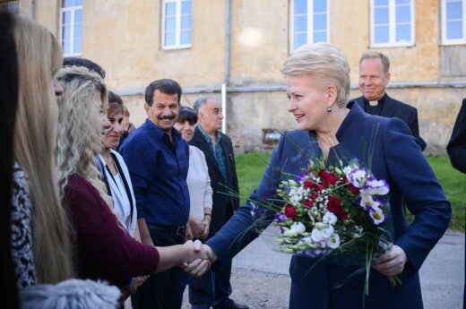 President Dalia Grybauskaitė greets a refugee family from Iraq
