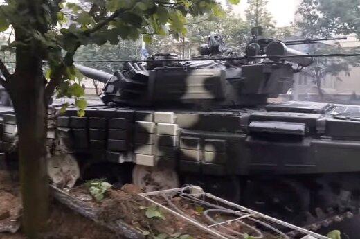 В центре Минска по пути на репетицию парада танк снес столб и дерево