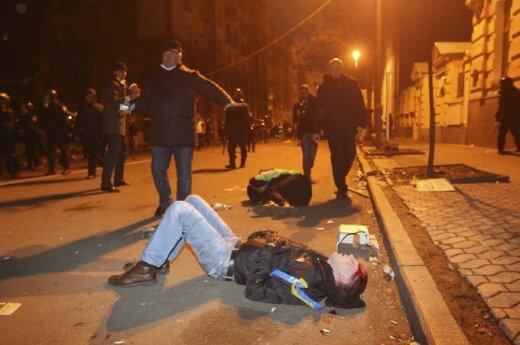 """Премьер Украины заявил, что """"Беркут"""" избивал на Майдане провокаторов"""