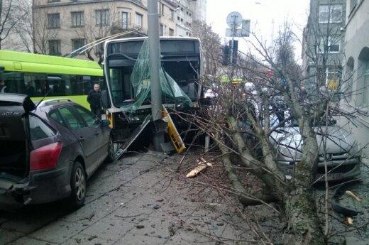Автобус столкнулся с двумя Peugeot: женщина в больнице