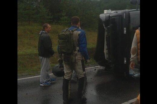 Trakų r. nuo kelio nulėkė sunkvežimis, sužalotas vairuotojas