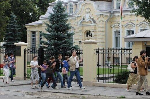 Солидарность: у здания посольства Беларуси хлопали в ладоши