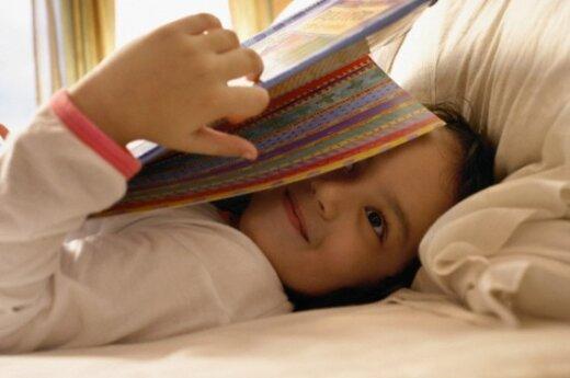 Mergaitė skaito knygą
