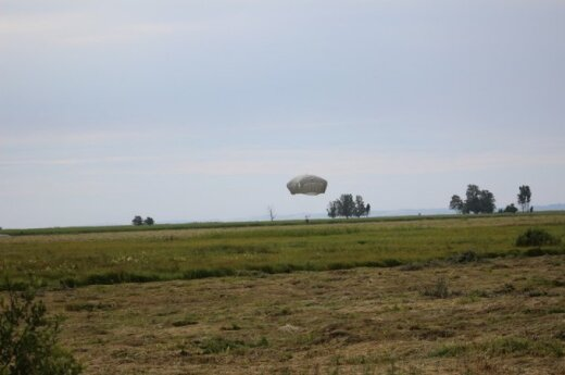 Lithuanian and US soldiers brushed up skydiving skills in Pabradė