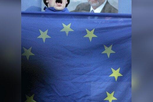 Kandidato į Baltarusijos prezidentus Aleksandro Milinkevičiaus rėmėjai centrinėje Minsko aikštėje vykstančiame mitinge laiko Europos Sąjungos vėliavą.