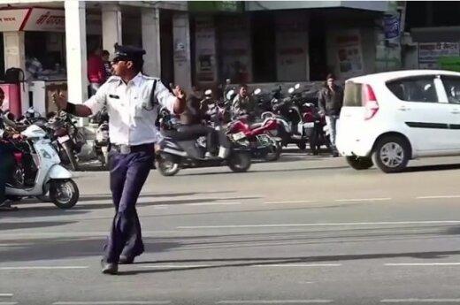 Indijos eismo reguliuotojas, į kurį turistai žiūri išsižioję